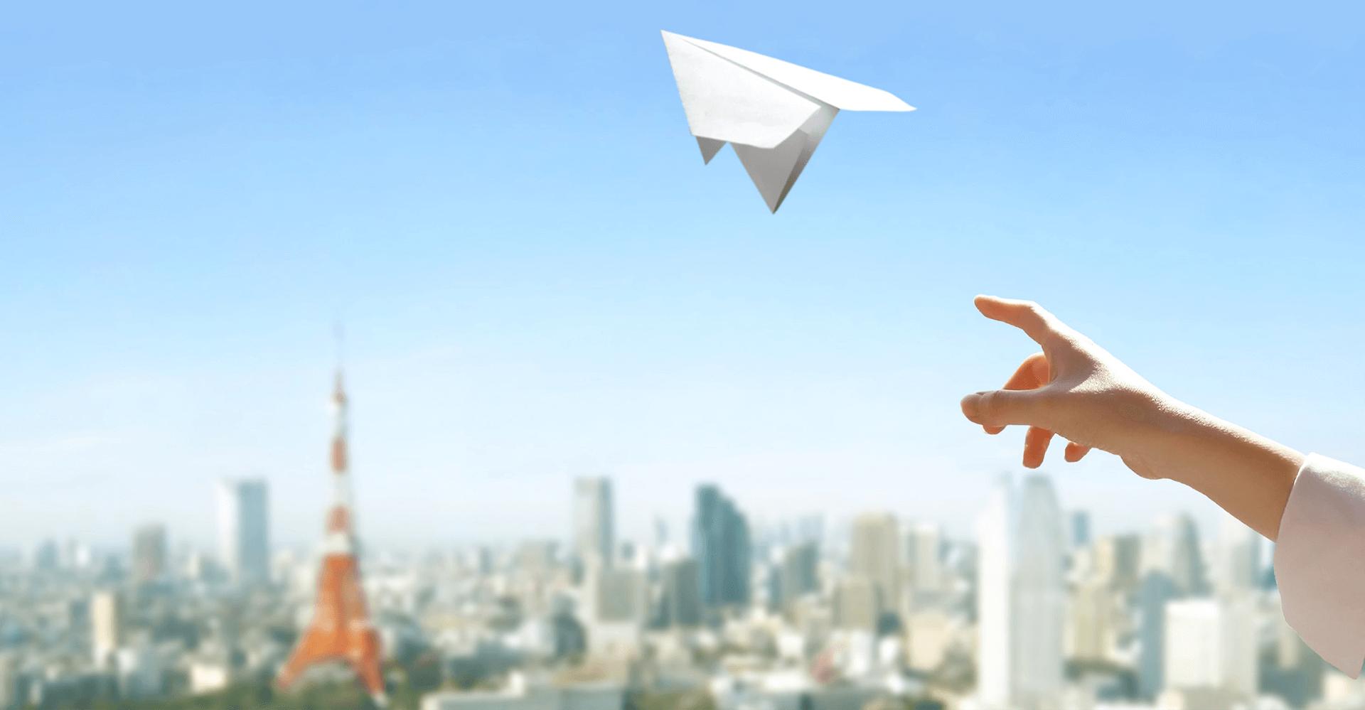 空へ紙飛行機を投げること